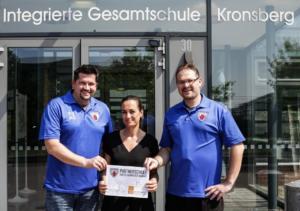 Foto vor der IGS mit Partnerschulschild (1) (1)